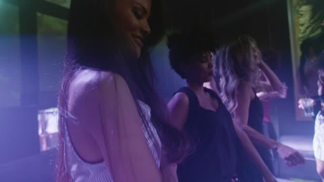 vídeos de stock, filmes e b-roll de amigos que dançam no discoteca - clubbing