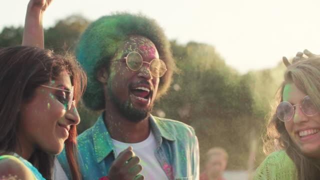홀리 색상으로 춤추는 친구들 - 전통 페스티벌 스톡 비디오 및 b-롤 화면