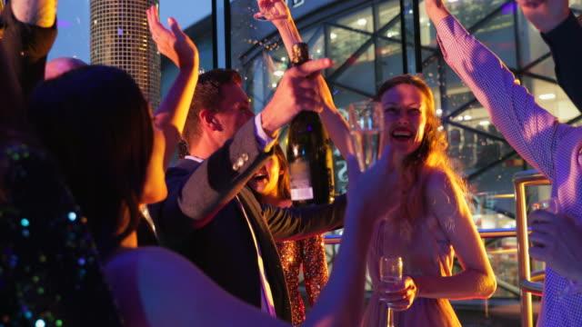 vidéos et rushes de amis, danser en boîte de nuit - soirées habillées