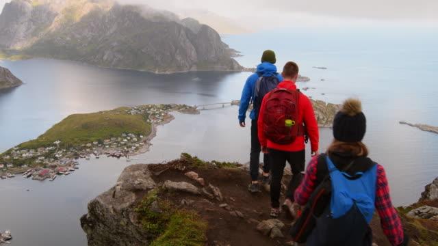 vídeos de stock e filmes b-roll de friends doing hiking in the lofoten islands. - noruega