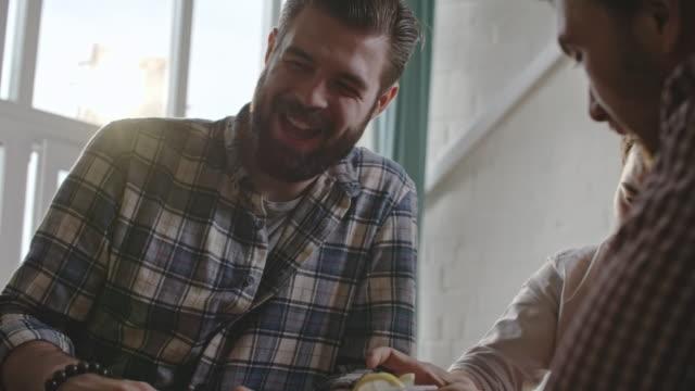 arkadaşlar içecek limon votka ve wincing - bar i̇çkili mekan stok videoları ve detay görüntü çekimi