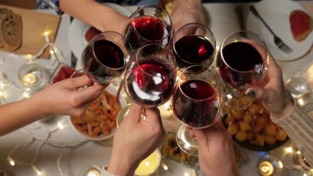 amici bere vino rosso alla festa di natale - christmas table video stock e b–roll