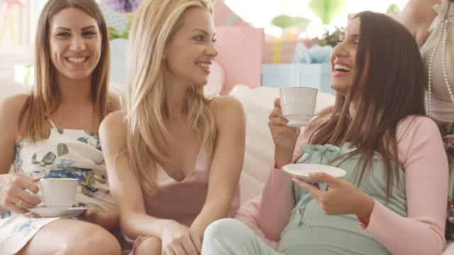 vídeos y material grabado en eventos de stock de amigos bebiendo té en ducha del bebé fiesta - baby shower