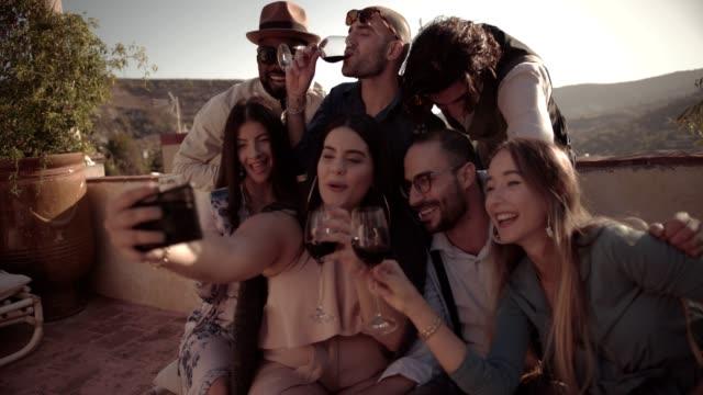 vídeos y material grabado en eventos de stock de amigos bebiendo vino y cerveza y llamadas de vídeo de casa de campo - moda de otoño