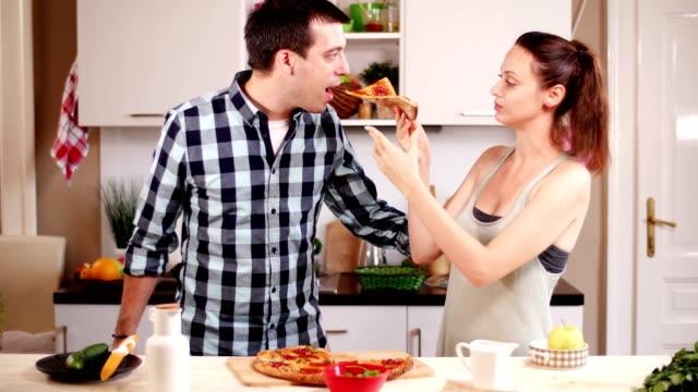 vídeos de stock, filmes e b-roll de amigos, comer pizza e junk food - fatia