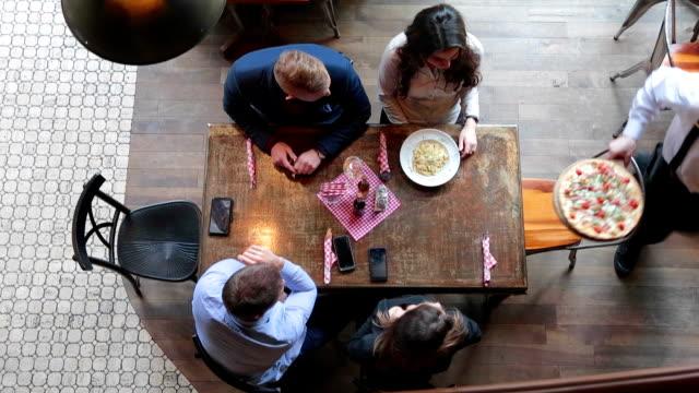 stockvideo's en b-roll-footage met vrienden pizza en pasta eten in restaurant - restaurant table