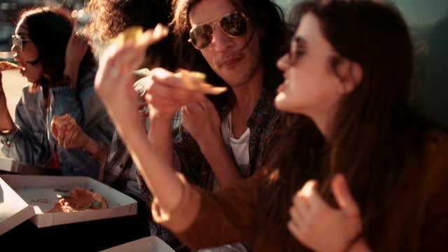 amici mangiando pizza al vicino al loro porto furgone d'epoca - pizza video stock e b–roll