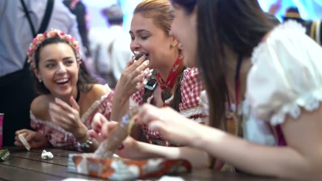 Freunde Brezel zu essen und Spaß auf dem Oktoberfest – Video