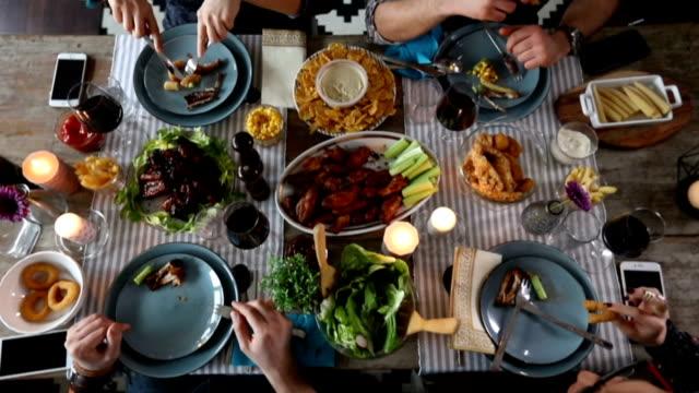感謝祭のディナーを食べている友人 - 田舎のライフスタイル点の映像素材/bロール
