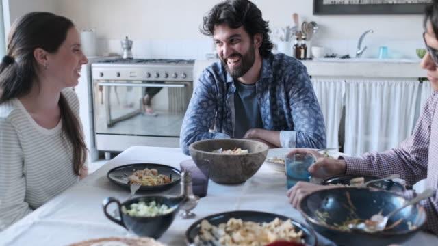 vídeos de stock, filmes e b-roll de amigos que apreciam uma refeição vegan, conversa vívida após o almoço. - vegetarian meal