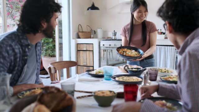 vídeos de stock, filmes e b-roll de amigos que apreciam uma refeição vegan, mostrando uma salada caseira. - vegetarian meal