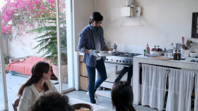 vídeos de stock e filmes b-roll de friends enjoying a vegan meal - assado no forno