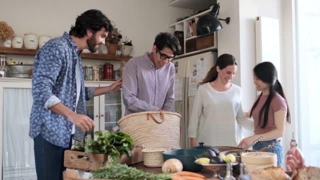 stockvideo's en b-roll-footage met vrienden genieten van een vegan maaltijd - vier personen