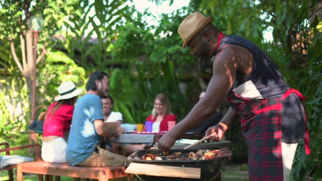 vidéos et rushes de amis appréciant le barbecue d'arrière-cour - barbecue