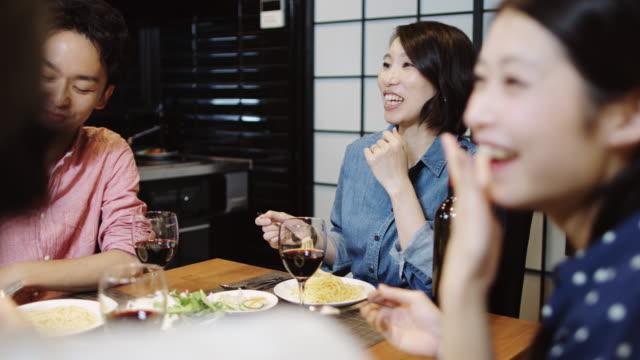 vidéos et rushes de amis appréciant un dîner - seulement des japonais