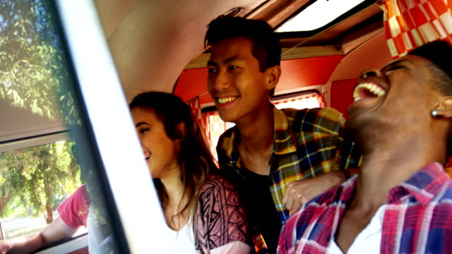 vídeos de stock, filmes e b-roll de amigos, desfrutando em van 4k - 16 17 anos