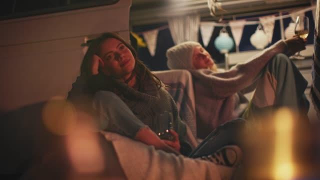 freunde genießen wein beim entspannen in der nacht - weinglas stock-videos und b-roll-filmmaterial