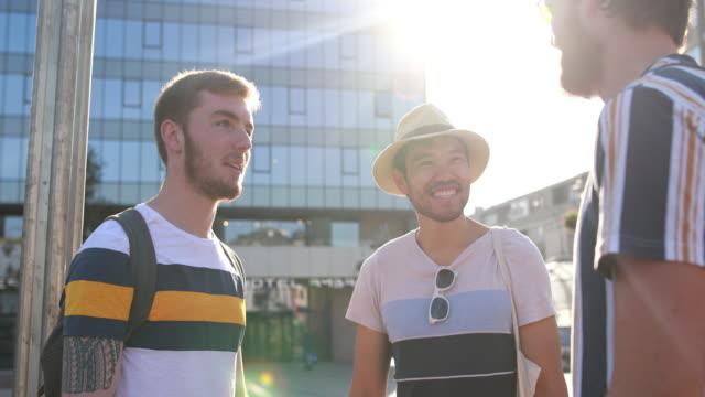 vídeos y material grabado en eventos de stock de amigos explorando una nueva ciudad juntos - regreso a clases