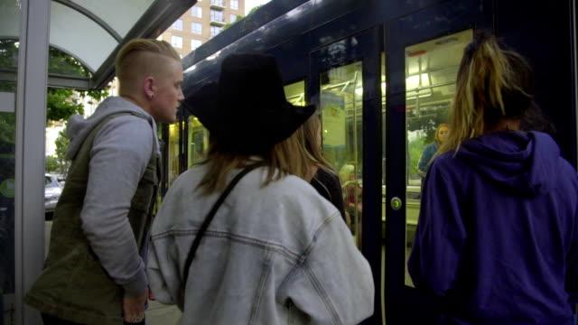 vänner träffas på tåget - billboard train station bildbanksvideor och videomaterial från bakom kulisserna