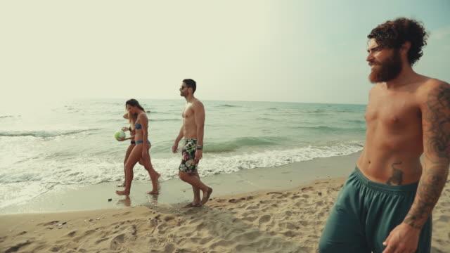 Amigos vamos a jugar a beach volley y divertirse - vídeo