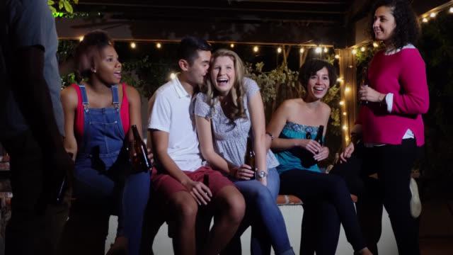 freunde hängen in hinterhof auf sommernacht - erwachsener über 30 stock-videos und b-roll-filmmaterial