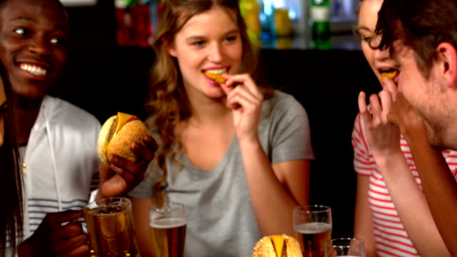 vídeos y material grabado en eventos de stock de amigos tener hamburguesas - hamburguesa
