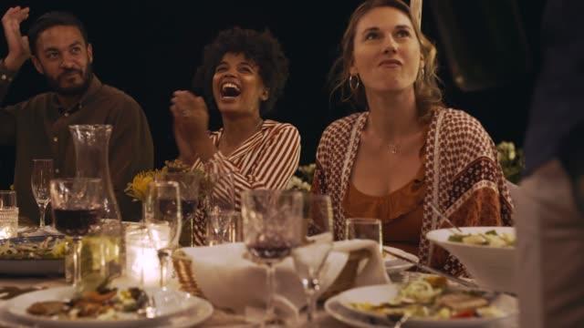 stockvideo's en b-roll-footage met vrienden hebben een geweldige tijd op feest - feest