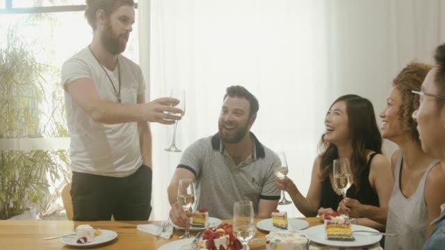 vidéos et rushes de amis, avoir la fête d'anniversaire et faire toast - cuisine non professionnelle