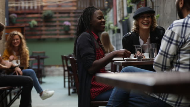 vídeos de stock e filmes b-roll de friends having coffee in the cafe - bar local de entretenimento