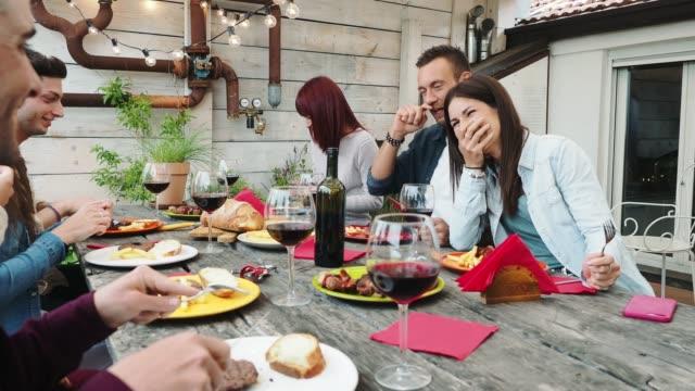 vänner som äter middag tillsammans på taket hemma - roof farm bildbanksvideor och videomaterial från bakom kulisserna