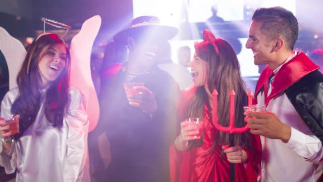 Amigos que se divierten en una fiesta de hallooween - vídeo