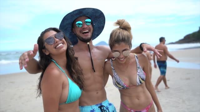 ビーチで楽しい友達 - ブラジル文化点の映像素材/bロール