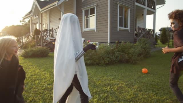 friends having fun on halloween - four seasons filmów i materiałów b-roll