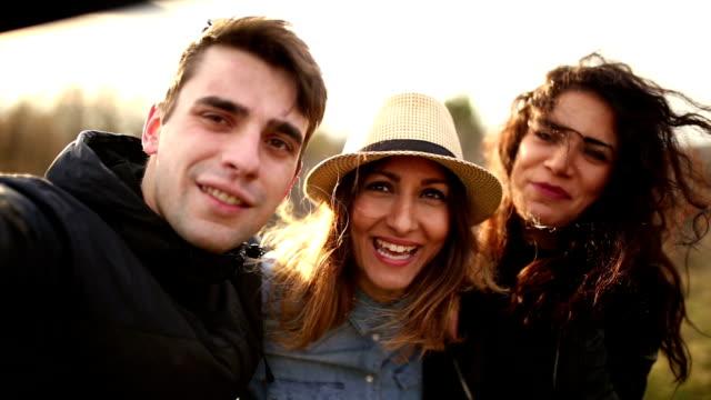 vídeos y material grabado en eventos de stock de amigos divirtiéndose al aire libre - memorial day weekend
