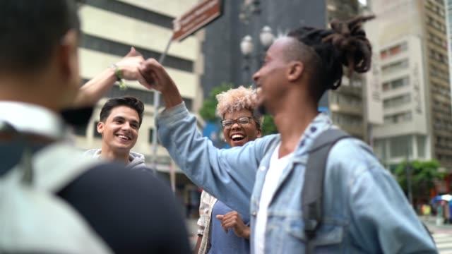 vídeos y material grabado en eventos de stock de amigos pasando un buen rato juntos en la ciudad - ocio