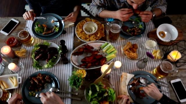 友人の家で大晦日の夕食 - 田舎のライフスタイル点の映像素材/bロール