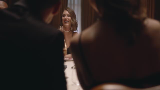vídeos de stock e filmes b-roll de friends having wine at dinner party - elegante