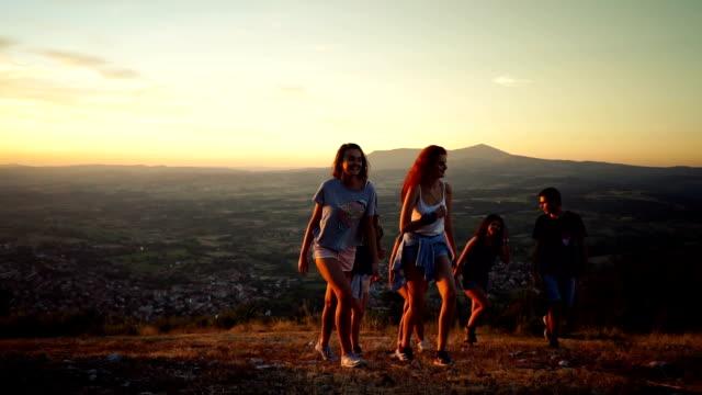 友人の山でハイキング - ヘルシーなライフスタイル点の映像素材/bロール