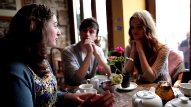 freunde in der café-bar - teenage friends sharing food stock-videos und b-roll-filmmaterial
