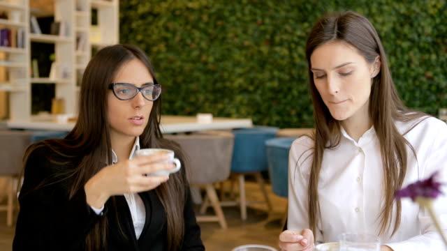 friends in a cafe - pausa caffè video stock e b–roll