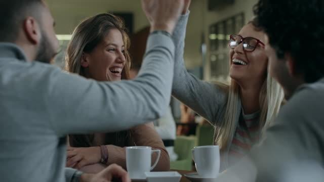 Freunde im Café  – Video