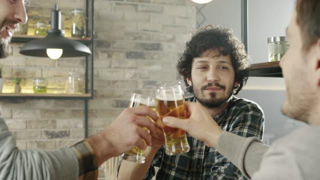 freunde im pub - anstoßen stock-videos und b-roll-filmmaterial