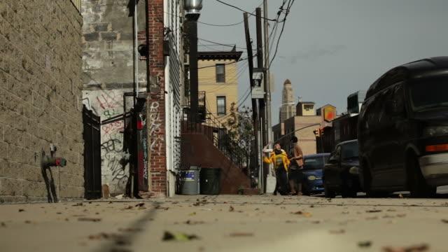 ご友人とご一緒に地元の街ニューヨーク - street graffiti点の映像素材/bロール