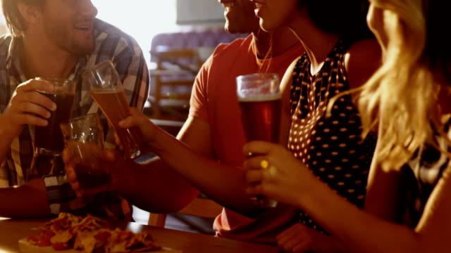 vänner som interagerar med varandra samtidigt ha glas öl 4k - 20 29 år bildbanksvideor och videomaterial från bakom kulisserna