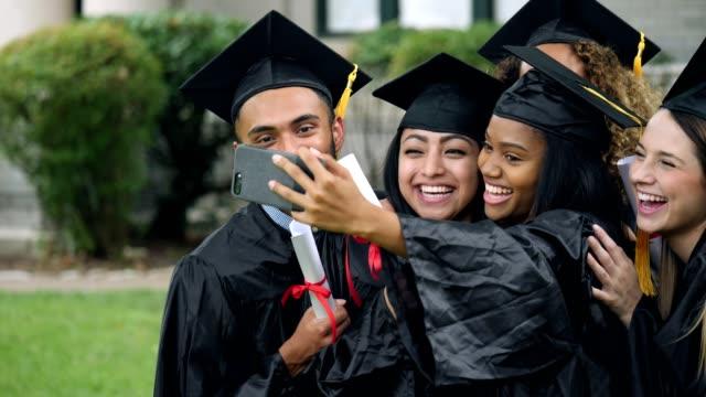 Amis de sauter dedans à un autoportrait de deux diplômées - Vidéo