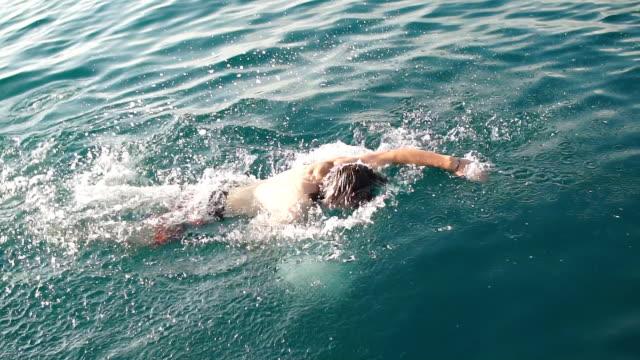 vidéos et rushes de amis de sauter dans l'eau du bateau. loisirs et divertissement - prendre un bain