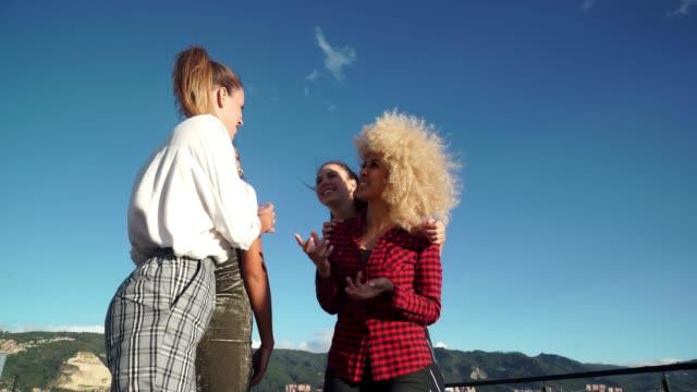 freunde lachen auf dem dach - dachgarten videos stock-videos und b-roll-filmmaterial