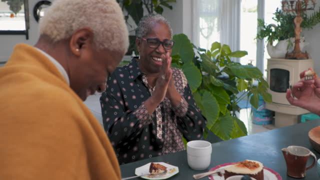vänner skrattar över brunch - aktivitet bildbanksvideor och videomaterial från bakom kulisserna