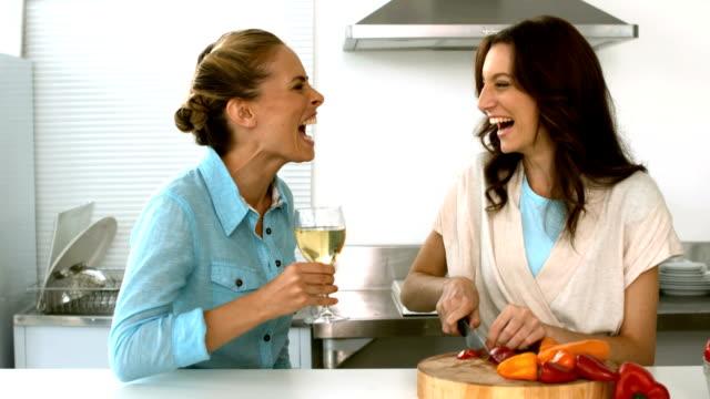 vídeos de stock, filmes e b-roll de amigos rindo juntos enquanto um está a preparar o jantar - amizade feminina