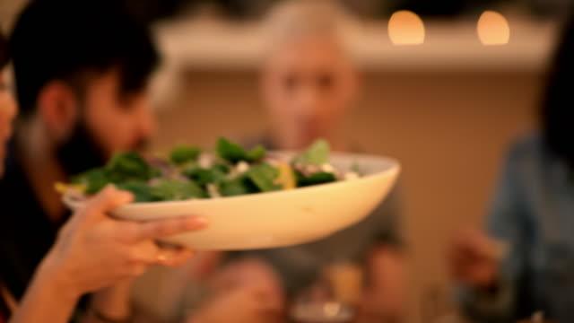 stockvideo's en b-roll-footage met vrienden, zoals lekker eten, brengen kleur in ons leven - restaurant table